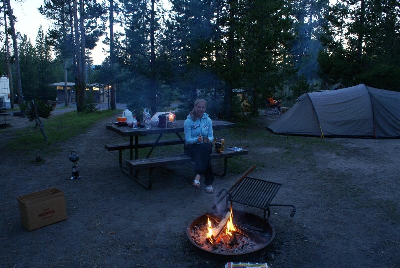 Hanneke bij het warmende (en muggen verjagende) vuur